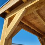 Hoek van een overkapping met douglas hout